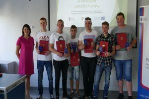 Uczniowie ZSR w Kaczkach Średnich odebrali świadectwa ukończenia kursów i staży