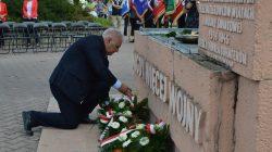 Wiązanki kwiatów pod pomnikiem NIGDY WIĘCEJ WOJNY