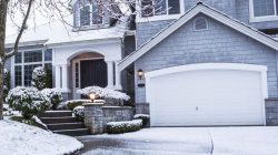 Ekspert radzi. Jak zabezpieczyć na zimę nawierzchnie przed domem?