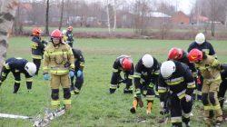 Wypadek w Kaczkach. Wiatr zepchnął na drzewo autobus wiozący dzieci