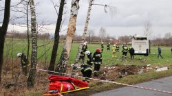 Zimowa SzkWypadek w Kaczkach. Wiatr zepchnął na drzewo autobus wiozący dziecioła Karate Kyokushin w Białym Dunajcu