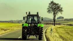 Traktor na drodze