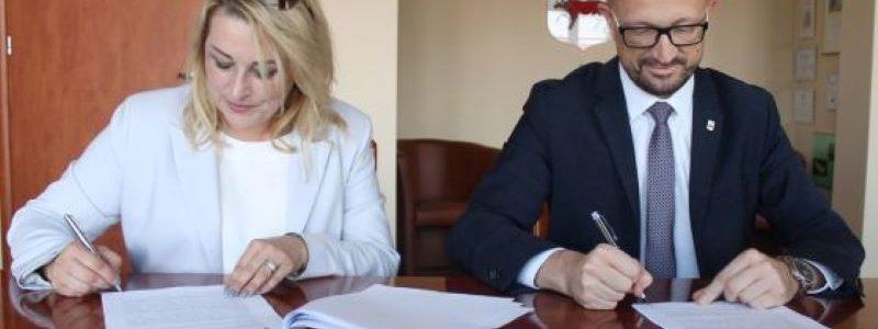 Podpisanie umowy na rewitalizację parku. Burmistrz Turku Romuald Antosik