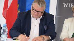 Podpisanie umów | konkurs Pięknieje wielkopolska wieś - wicemarszałek Krzysztof Grabowski