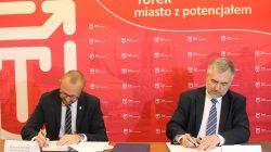 podpisanie umowy: z lewej burmistrz Romuald Antosik; z prawej marszałek Marek Woźniak