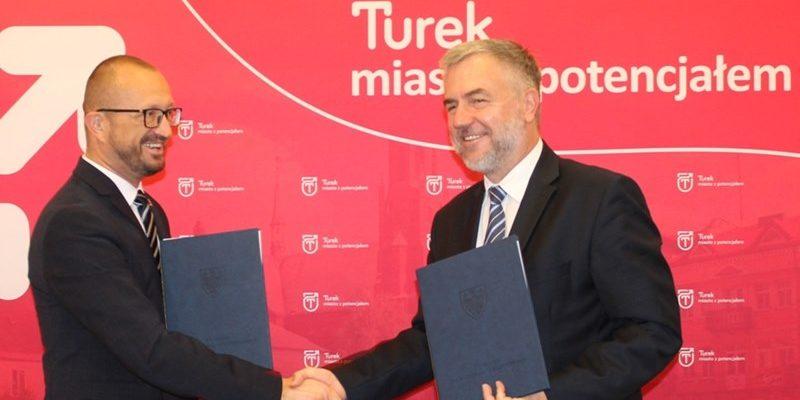 z lewej burmistrz Turku; z prawej marszałek województwa wielkopolskiego