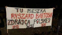 Baner: Tu mieszka Ryszard Bartosik, zdrajca polskiej wsi