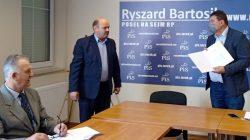 Rolnicy protestują w biurze poselskim | z prawej: poseł Ryszard Bartosik
