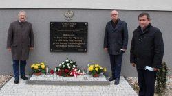 Święto Niepodległości w Przykonie: od lewej Roman Marciniak (z-ca wójta); w środku wójt Mirosław Broniszewski