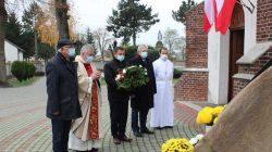 Delegacja gminy Przykona z proboszczem złożyła wiązankę kwiatów