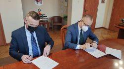 Mleczarnia Turek podpisała porozumienie o współpracy z miastem Turek. Od lewej: dyrektor Leszek Piślewski i burmistrz Romuald Antosik