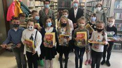 Tydzień bibliotek. W Przykonie pięknie czytali online | stoi piewszy od prawej: wójt Mirosław Broniszewski