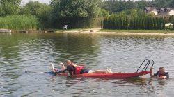 Ratownicy wodni ćwiczą na zbiorniku w Przykonie