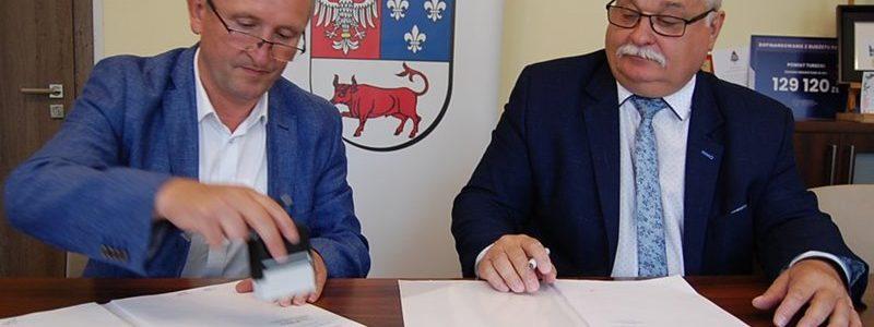 Jarosław Miszczak oraz Krzysztof Sobczak podpisują umowę na przebudowę oddziału ginekologicznego w szpitalu w Turku