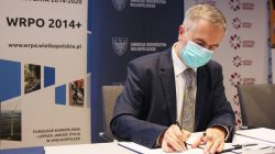 Marszałek Marek Woźniak podpisuje umowy na dofinansowanie szpitali wojewódzkich w ramach WRPO 014+